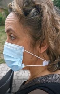 isabelle cornuau portant une languette attache masque
