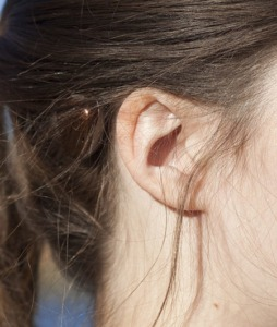 personne portant un appareil auditif à ancrage osseux