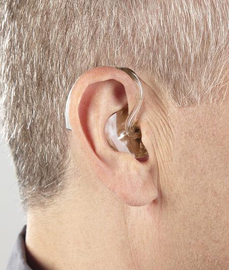 personne portant un appareil auditif contour d'oreille
