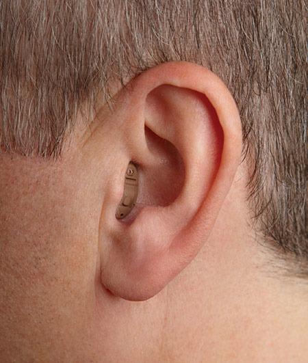 personne portant un appareil auditif intra auriculaire