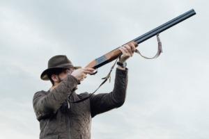 homme à la chasse avec des protections auditives