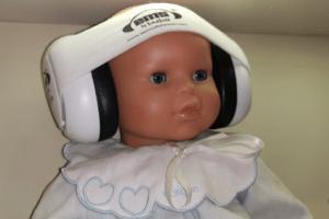 bébé avec un casque de protection auditive